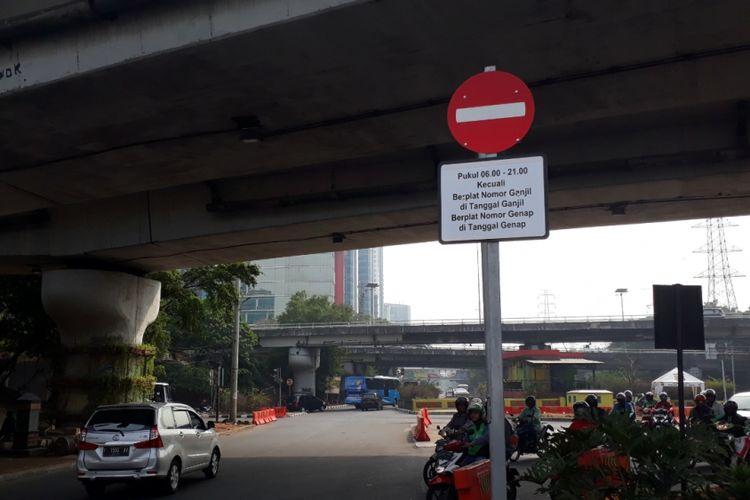 Plang aturan ganjil-genap di Jalan Mayjen Sutoyo, Jakarta Timur, Rabu (01/08/2018).
