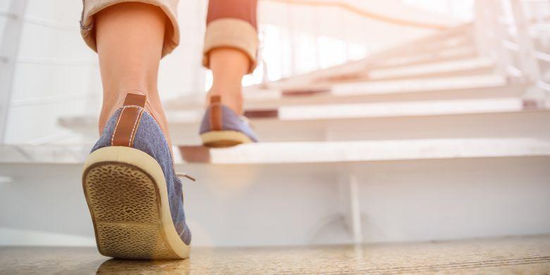 Naik dan turun tangga bisa terhitung sebagai jenis olahraga ringan yang membakar kalori tubuh.