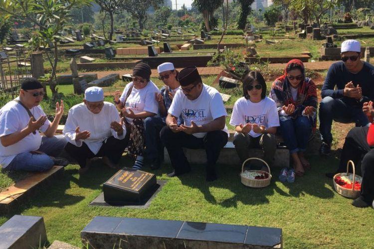 Rano Karno bersama Mandra, Maudy Koesnaedi, Suti Karno dan pemain si Doel the Movie berziarah ke makam Benyamin Suaeb di TPU Karet Bivak, Jakarta Selatan, Jumat (6/7/2018).