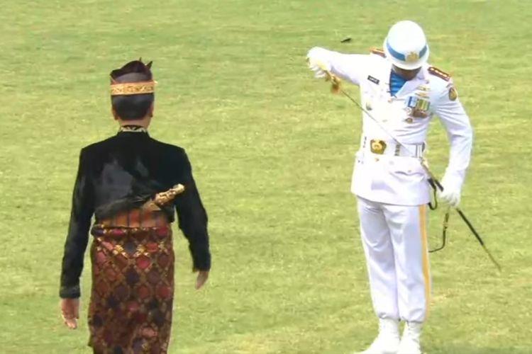 Presiden Joko Widodo mendadak menghampiri komandan upacara saat HUT RI ke-74 di Istana, Sabtu (17/8/2019).