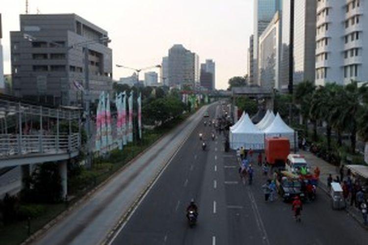 Suasana Jalan MH Thamrin menjelang perawaan HUT DKI Jakarta ke-486, Sabtu (22/6/2013). Panitia HUT ke-486 DKI Jakarta menyiapkan delapan panggung untuk acara Malam Muda-mudi, di wilayah Monumen Nasional hingga Bundaran Hotel Indonesia.