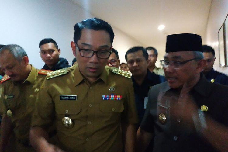 Gubernur Jawa Barat Ridwan Kamil (kiri) berbincang dengan Wali Kota Depok Mohammad Idris (kanan) di RS Mitra Keluarga Depok, Senin (2/3/2020).