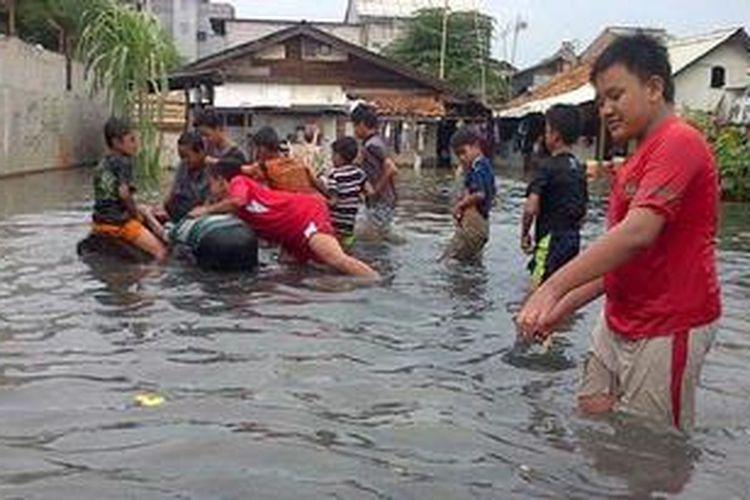 Warga Rawa Buaya, Cengkareng, Jakarta Barat mengalami banjir pada Minggu (13/1/2013). Banjir tersebut akibat luapan kali Mookervart, Jakarta Barat.