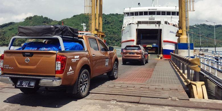 Menyeberang selat Lombok dari Pelabuhan Lembar, Lombok Barat ke Pelabuhan Padangbai, Karangasem, Bali.