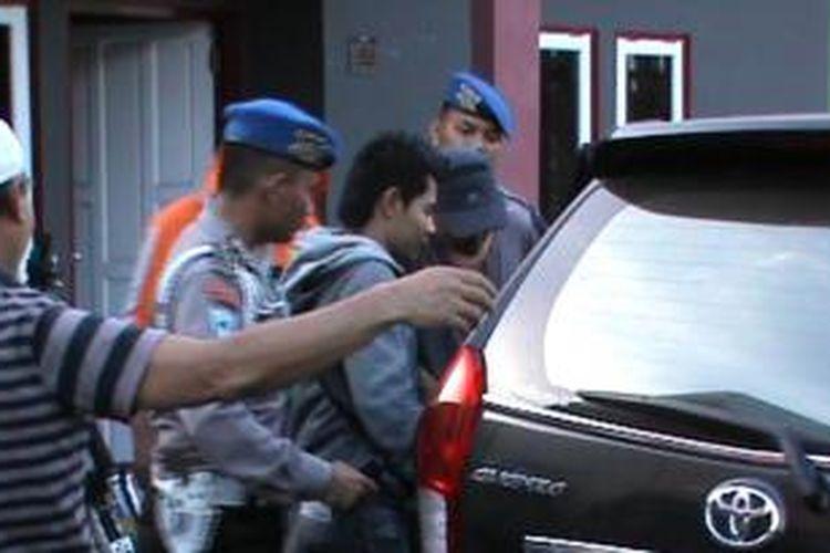 Polisi menggiring bripka Rendi, oknum polisi pengedar shabu.