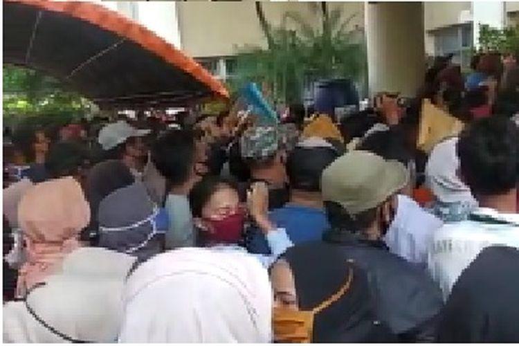 Kerumunan warga di halaman Gedung Cisadane Kota Tangerang saat pembukaan pendaftaran bantuan UMKM, Senin (19/10/2020).