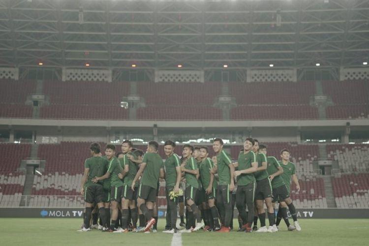 Pemain Timnas U-19 berlatih di Stadion Utama Gelora Bung Karno (SUGBK), Sabtu (9/11/2019) malam WIB.