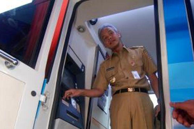 Gubernur Jawa Tengah Ganjar Pranowo meluncurkan aplikasi pembayaran pajak kendaraan bermotor melalui Anjungan Tunai Mandiri, di Kantor Samsat Ungaran, Senin (28/12/2015) siang.