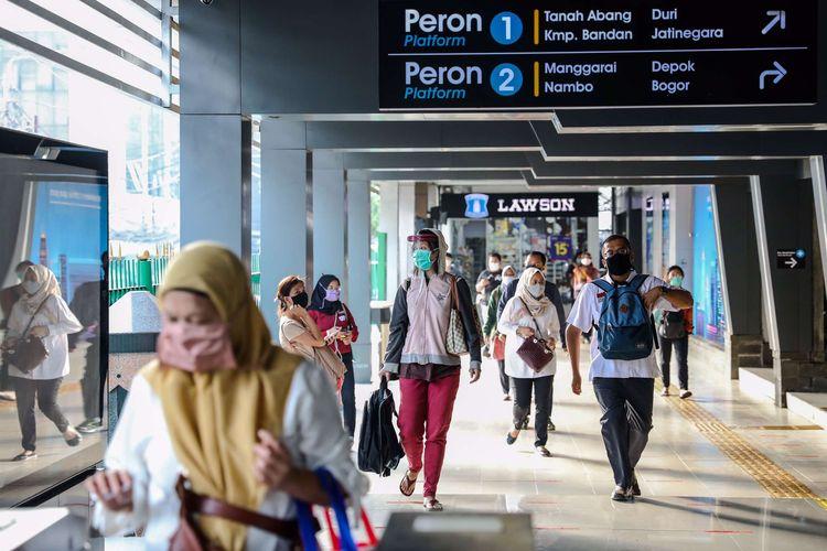 Pekerja kantoran saat keluar dari Stasiun Sudirman di Jakarta Pusat, Senin (8/6/2020). Pemprov DKI Jakarta mengizinkan perkantoran kembali beroperasi sejak hari ini, namun dengan penerapan protokol kesehatan.