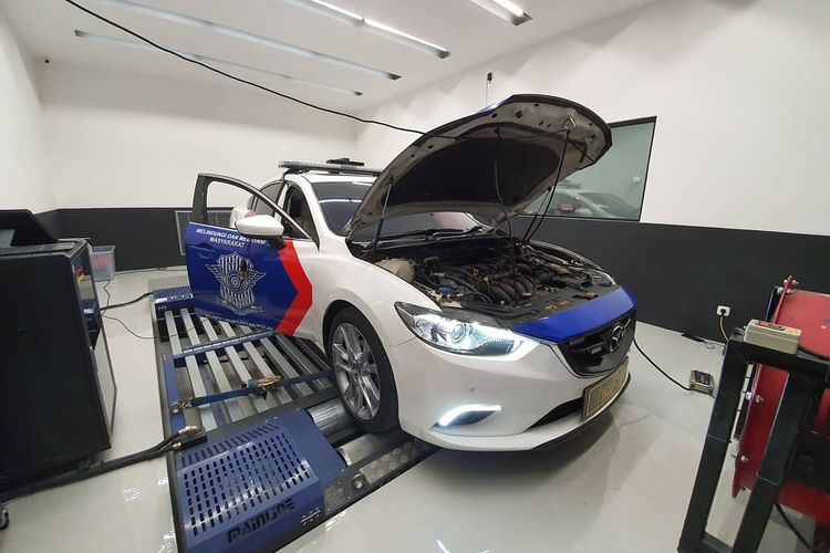 Mobil polisi Mazda6 yang sedang tune up di Elika Automotive Performance
