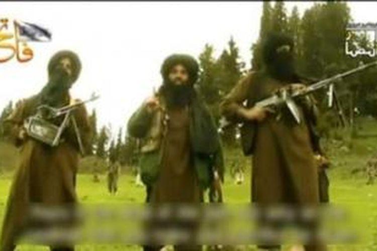 Pimpinan baru Taliban Pakistan, Mullah Fazlullah (tengah) mengancam akan menggelar serangan balasan dengan sasaran fasilitan pemerintah dan militer Pakistan.