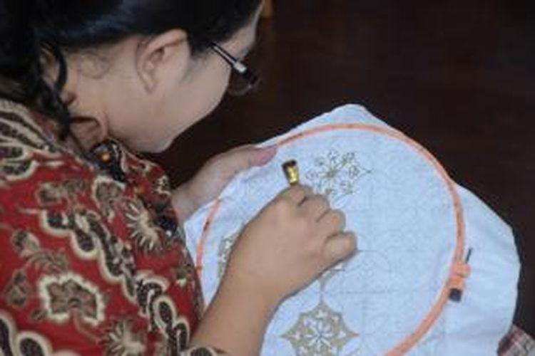 Membatik, adalah salah satu teknik membuat corak dan tekstur batik dengan menggunakan tangan. Ada berbagai teknik lainnya seperti batik cap dan batik lukis.
