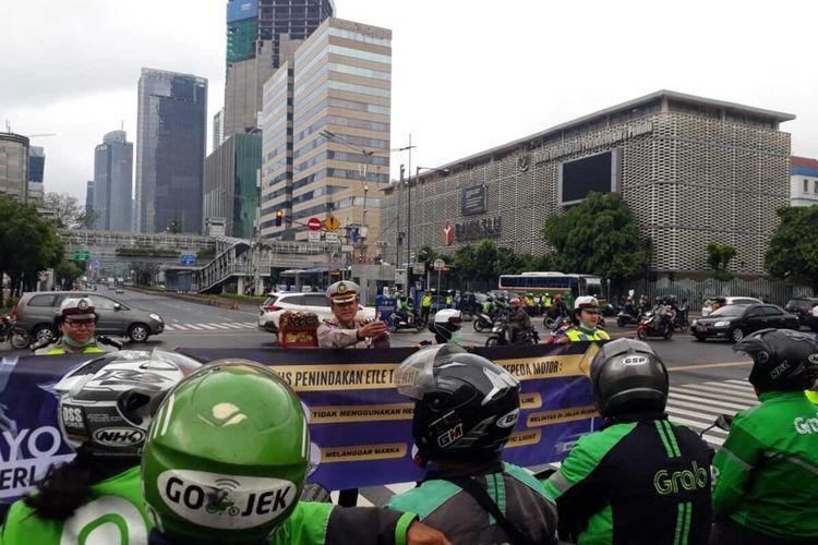 Sosialisasi penerapan ETLE oleh Ditlantas Polda Metro Jaya di Simpang Sarinah, Thamrin, Jakarta Pusat, Senin (3/2/2020)