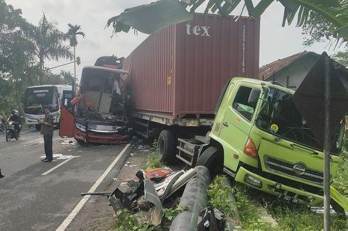 Bus Sugeng Rahayu Ringsek Usai Tabrak Truk Kontainer di Kulon Progo, 2 Orang Tewas