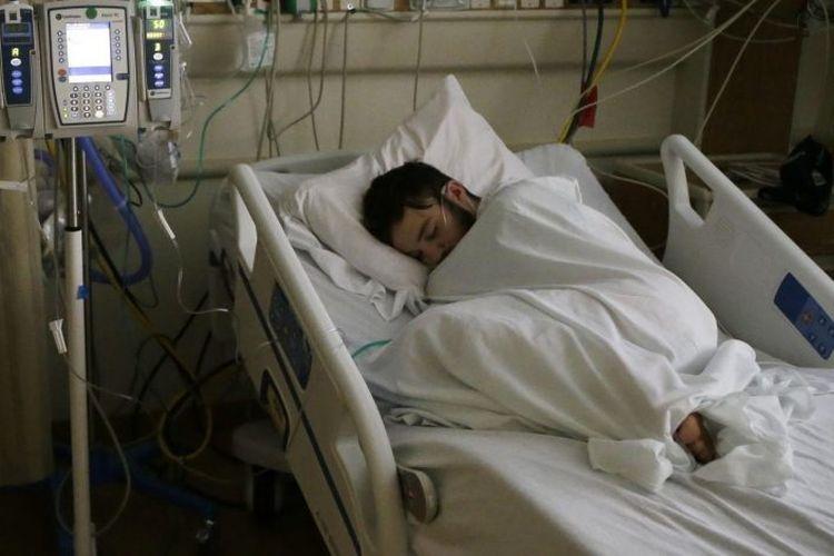 Adam tertidur di ruang perawatan intensif karena mengalami kerusakan paru-paru akut, diduga karena kebiasaannya menghisap vape.