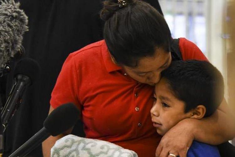 Mejia Mejia (38), perempuan migran asal Guatemala akhirnya dapat bertemu kembali dengan putranya, Darwin (7) yang sempat dipisahkan secara paksa saat keduanya tiba di perbatasan AS.