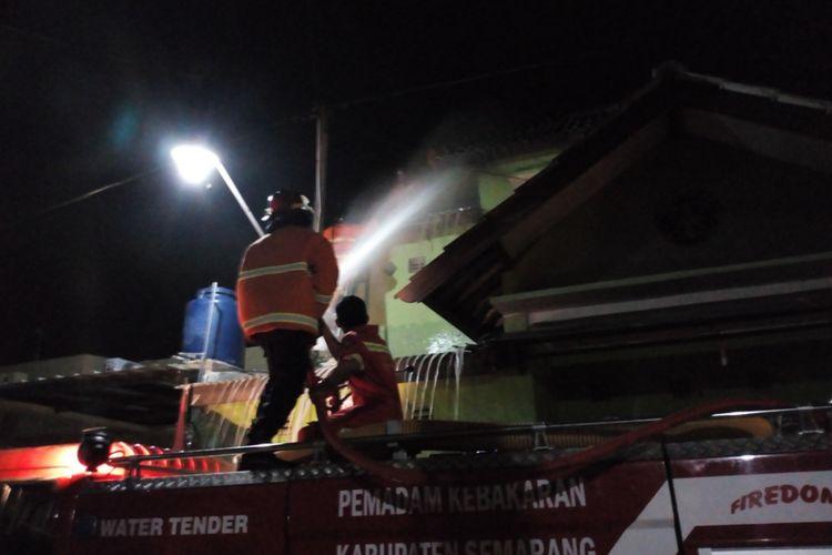 Caption : Sarang tawon Gung atau Tawon Ndas sebesar galon air ukuran 19 liter berhasil dievakuasi oleh regu pemadam kebakaran dari rumah warga di Perumahan Ungaran Baru, Leyangan, Ungaran Timur, Kabupaten Semarang, Sabtu (11/8/2018) malam.