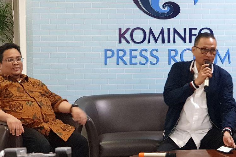 Komisioner Bawaslu, Rahmat Bagja (kiri), dan  Dirjen Aptika Kemenkominfo Samuel Pangerapan dalam konferensi pers di kantor Kemenkominfo, Senin (25/3/2019).
