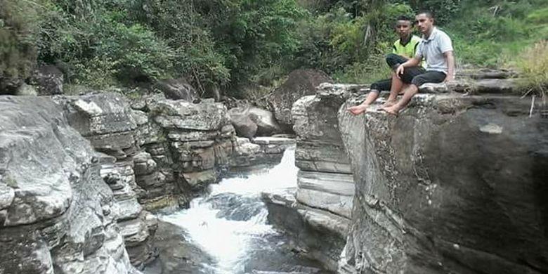 Keunikan tebing Kolam Kolang yang sering disebut Tiwu Kolang dengan berbagai sumber mata air panas di Flores, NTT.