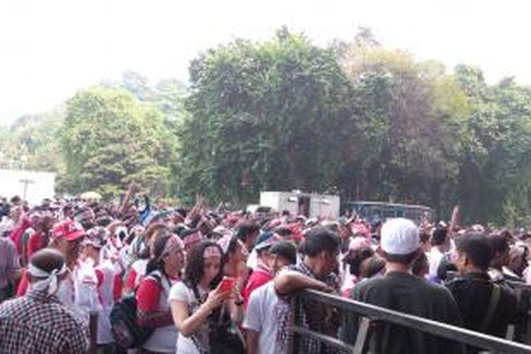 Ribuan simpatisan Jokowi-JK yang telah memadati pintu masuk Stadion Gelora Bung Karno untuk menghadiri konser Salam 2 Jari, Sabtu (5/7/2014)