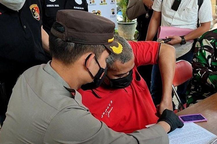 Kepala Desa Jenar Samto sampaikan permintaan maaf dengan disaksikan Kapolres Sragen AKBP Yuswanto Ardi dan Dandim 0725/Sragen Letkol Inf Anggoro Heri Pratikno di Mapolres Sragen, Minggu (18/7/2021).
