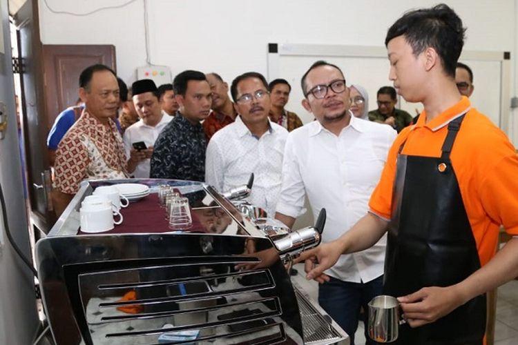 Dalam kunjungan kerja ke BBPLK Medan, Menteri Hanif menyempatkan diri meninjau workshop kejuruan perhotelan, konstruksi, barista dan restoran.