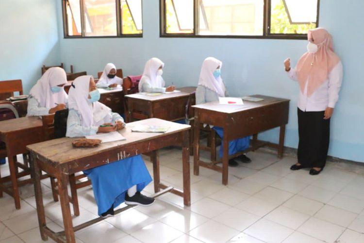 Wakil Bupati Gresik Aminatun Habibah (kanan), saat meninjau pelaksanaan PTM di salah satu sekolah yang ada di Gresik.