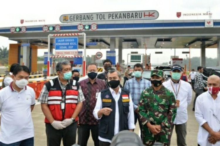 Gubernur Riau Syamsuar saat berada di gerbang Tol Pekanbaru-Dumai usai diresmikan Presiden Jokowi, Jumat (25/9/2020).