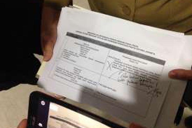 Tulisan tangan Gubernur DKI Jakarta Basuki Tjahaja Purnama di lembar draf rancangan peraturan daerah (raperda) reklamasi usulan Wakil Ketua DPRD DKI Mohamad Taufik yang tertera kalimat,