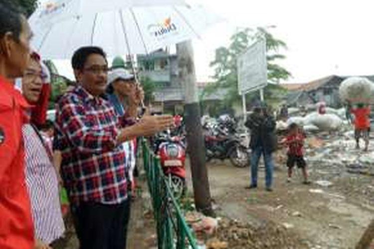 Calon gubernur DKI Jakarta nomor dua, Djarot Saiful Hidayat tengah mengamati satu area lahan cukup luas yang digunakan untuk pembuangan sampah saat blusukan kampanye ke permukiman penduduk di Kelurahan Harapan Mulya, Kemayoran, Jakarta Pusat, Rabu (14/12/2016).