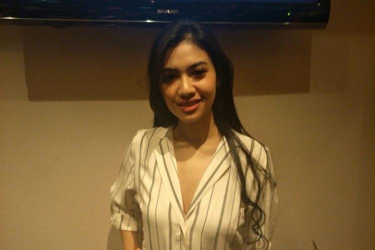 Della Wulan menghadiri gala premier film Jejak Cinta di XXI Epicentrum Walk, Jakarta Selatan, Minggu (2/9/2018).