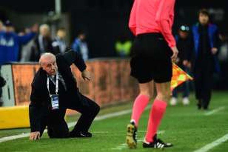 Vicente Del Bosque terjatuh akibat ditabrak hakim garis pada tengah-tengah pertandingan antara Italia dan Spanyol di Friuli, Kamis (24/3/2016).