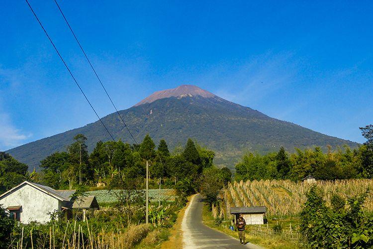Gunung Slamet dengan Ketinggian 3.428 Meter di Atas Permukaan Laut (mdpl),