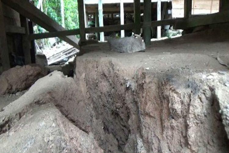Lantaran tanah tempat mereka bermukim retak dan amblas 50 cm, warga Mamasa mengungsi dan bongkar paksa rumahnya.