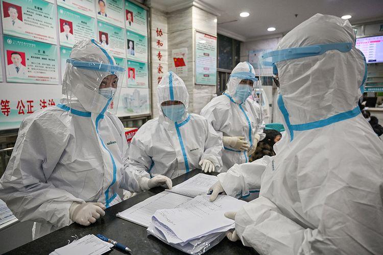 Para staf di Rumah Sakit Palang Merah Wuhan, China, Sabtu (25/1/2020), menggunakan pelindung khusus, untuk menghindari serangan virus corona yang mematikan.