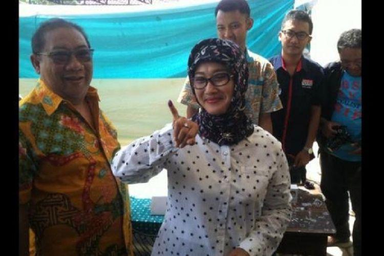 Anna Sophanah saat menjadi calon Bupati Indramayu nomor urut 1 bersama suami, Irianto MS Syafiuddin. Saat itu dia tengah memperlihatkan kelingkingnya yang telah ditandai dengan tinta biru usai menggunakan hak suaranya di TPS 01 Margadadi, Keluarahan Margadadi, Kecamatan Indramayu, Rabu (9/12/2015).