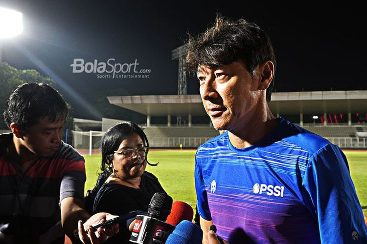 Pelatih timnas Indonesia, Shin Tae-yong, berbicara kepada media usai memimpin sesi latihan anak-anak asuhnya di Stadion Madya, Senayan, Jakarta Pusat, Jumat (14/2/2020).