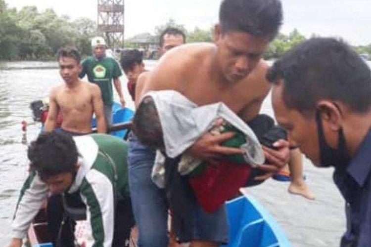 Evakuasi balita korban perahu terbalik di wisata Jembatan Cinta Tarumajaya, Kabupaten Bekasi, Minggu (6/12/2020).