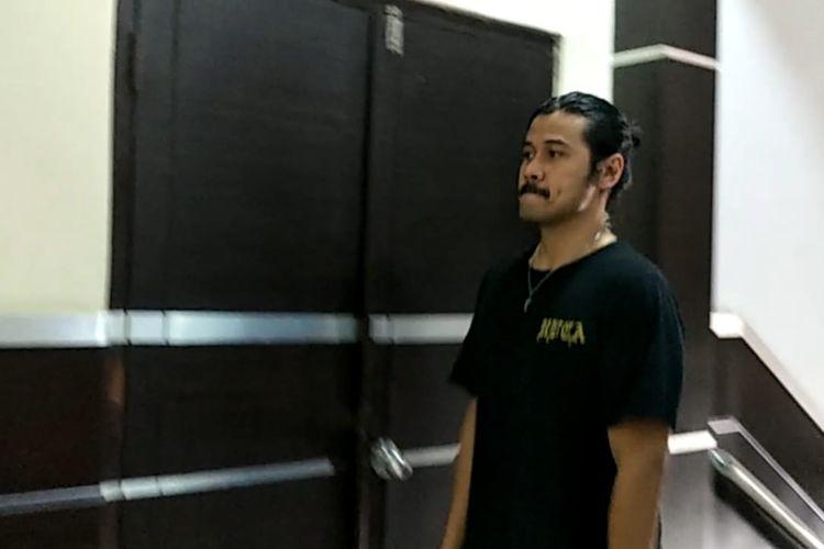 Artis peran Chicco Jerikho tiba di Polres Metro Jakarta Selatan untuk menjenguk rekannya, Jefri Nichol, Rabu (24/7/2019).
