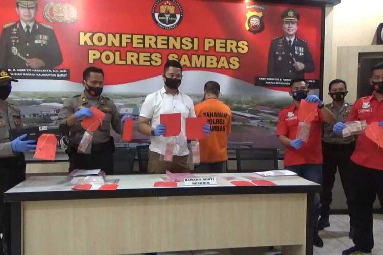 Seorang oknum perangkat desa di Kecamatan Paloh, Kabupaten Sambas, Kalimantan Barat, berinisial AML (35), ditangkap polisi karena diduga memiliki dan mengedarkan uang palsu pecahan 100.000 sebanyak 69 lembar.