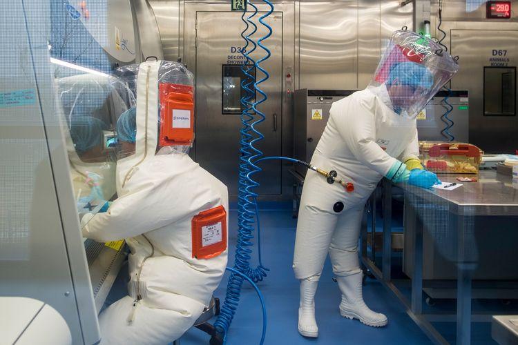 Foto yang dirilis pada 23 Februari 2017 menunjukkan staf bekerja di kandang tikus (kanan) di dalam laboratorium P4 di Wuhan, China. Media China menawarkan tayangan sekilas mengenai laboratorium yang dituding sebagai pusat menyebarnya Covid-19.