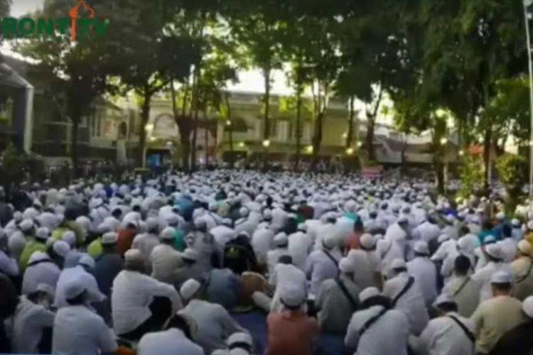Kerumunan jamaah peringatan Maulid di Tebet Jakarta Selatan, Jumat (13/11/2020)