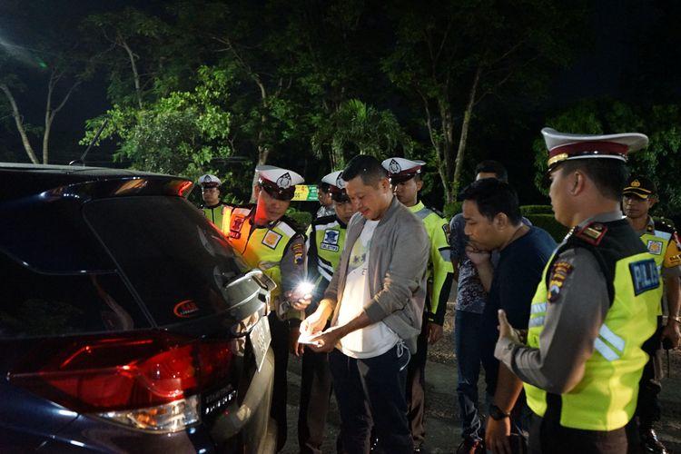 Kapolres Kendal, AKBP. Hamka Mapaitta, saat memeriksa surat-surat kendaraan yang melintas di Kendal, Kamis (16/5/2019) malam.