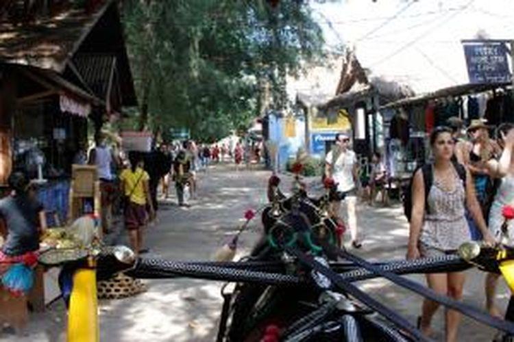 Wisatawan dan cidomo di Gili Trawangan, Lombok, Nusa Tenggara Barat, Jumat (18/4/2014).