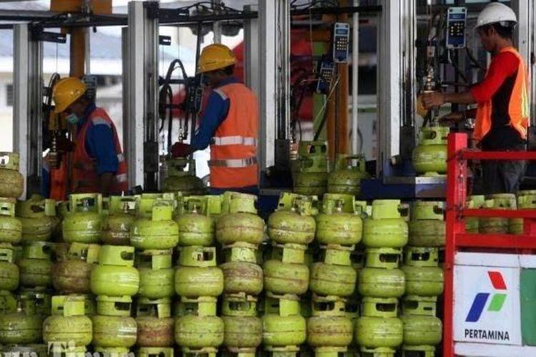 Pekerja menata tabung gas untuk pengisian tabung gas LPG berukuran 3 Kg di Stasiun Pengisian Bahan Bakar Elpiji, Pertamina Marketing Operation Region (MOR) VII, Makassar, Sulawesi Selatan.