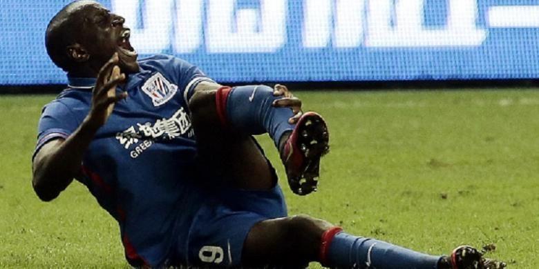 Striker Shanghai Shenhua asal Senegal, Demba Ba, mengalami patah kaki pada laga derbi di Liga Super China, Minggu (17/7/2016).