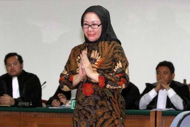 Terdakwa Atut Chosiyah menjalani sidang perdananya di Pengadilan Tindak Pidana Korupsi, Jakarta, Selasa (6/6/2014). Atut didakwa terlibat dalam kasus dugaan suap sengketa pilkada Lebak di Mahkamah Konstitusi dan terancam hukuman maksimal 15 tahun penjara.