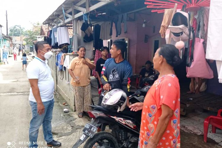 Wakil Bupati Karawang Aep Syaepuloh (kaus putih) meninjau penanganan pascabanjir di Kampung Gempol, Kelurahan Tanjungpura, Kecamatan Karawang Barat, Kabupaten Karawang, Minggu (28/2/2021).