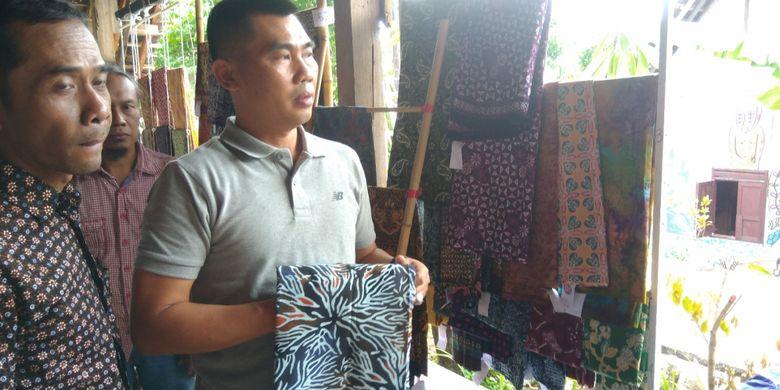 Ketua Kampung Batik Siberkreasi, Guntur Susilo (pakaian batik) menjelaskan motif batik kepada salah seorang tokoh masyarakat Gunungkidul, Mayor Cnb Sunaryanta.
