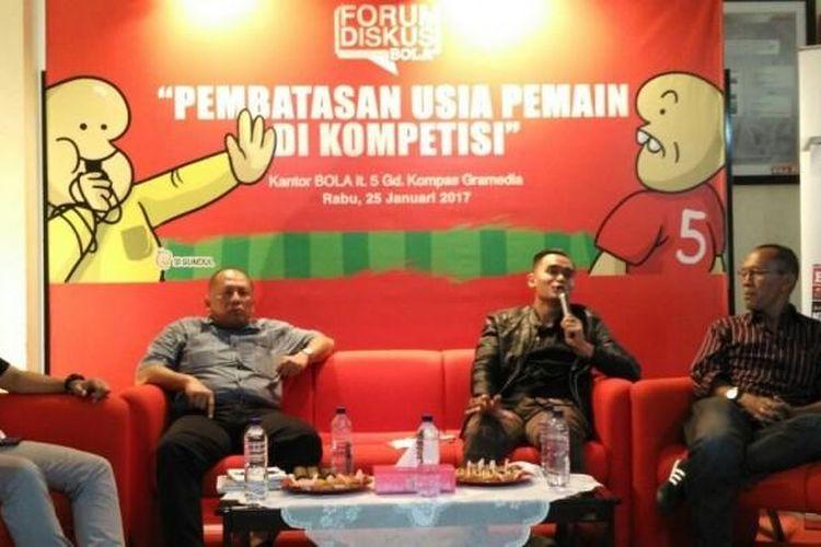 Pelatih senior, Bambang Nurdiansyah (kanan), berbicara dalam acara Forum Diskusi BOLA di kantor redaksi BOLA, Palmerah Barat, Jakarta, 25 Januari 2017.